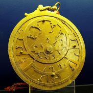 654px-Astrolabio persiano 18C